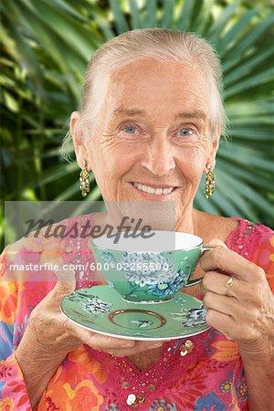 Portrait de femme avec une tasse de thé