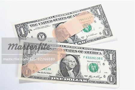 Rubans adhésifs sur les billets d'un dollar US