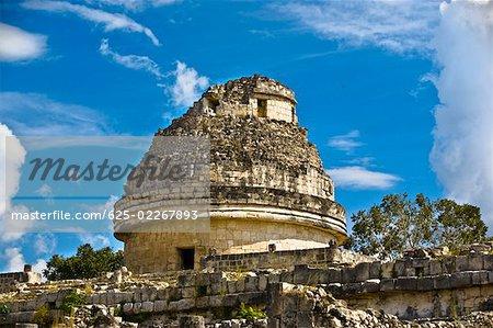 Vue d'angle faible d'un Observatoire, Chichen Itza, Yucatan, Mexique