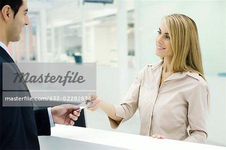 Remise carte de crédit au service clientèle de client