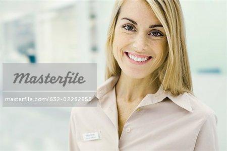 Représentant du service clientèle souriant à la caméra, portrait