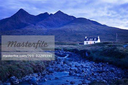 Chalet au bord de la rivière sur le marécage, Cuillin Hills, Isle of Skye Hébrides intérieures en Écosse