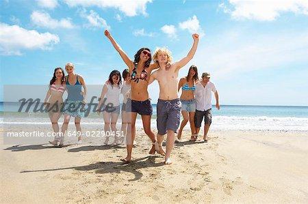 Gruppe, die ein Rennen am Strand