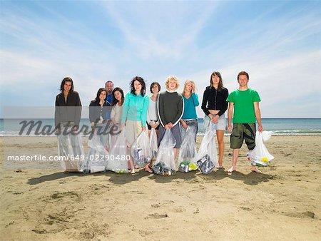 Jeunes, collecte des ordures sur la plage