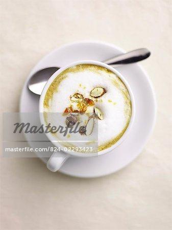 Cappuccino d'amande avec cuillère