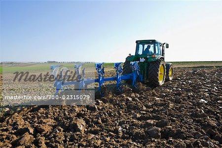 Tracteur labourant le sol