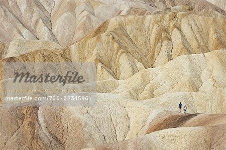 Couple randonnée à Zabriskie Point, Death Valley, Californie, USA