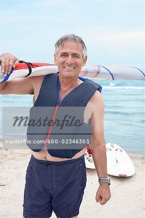 Portrait d'un homme tenant le voile de planche à voile