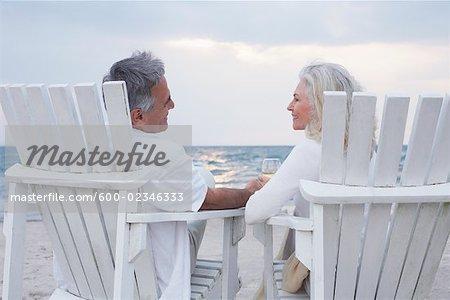 Paar, sitzen auf Stühlen am Strand