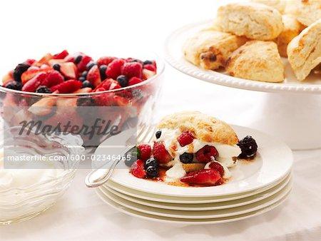 Petits fruits, gâteaux et crème fouettée