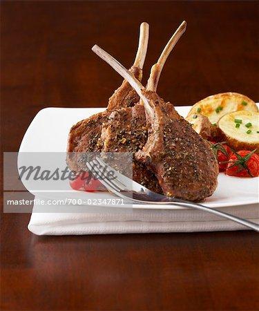 Côtelettes d'agneau avec pommes de terre, tomates cerises et groseilles