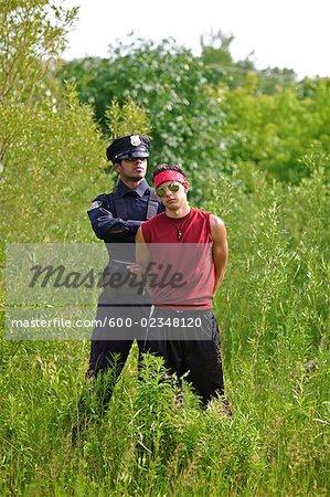 Officier de police arrêtant Suspect