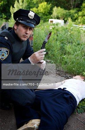 Officier de police avec le cadavre et couteau sanglant, Toronto, Ontario, Canada
