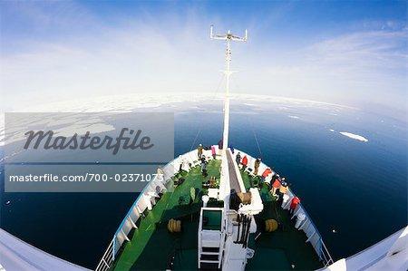 Personen auf Deck von Professor Molchanov, Storfjord, Spitzbergen, Norwegen