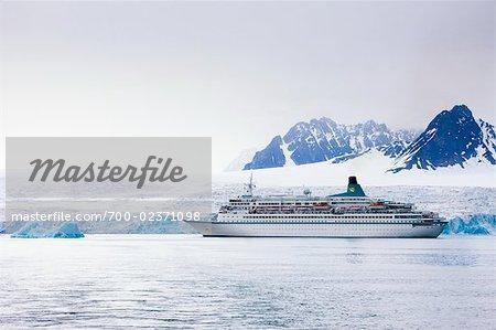 Albatros Kreuzfahrtschiff nahe Gletscher, Spitzbergen, Norwegen