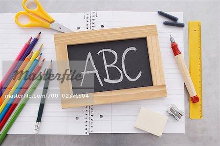 Nahaufnahme von Tafel und Schulmaterial