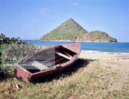 Grenade, Grenadines, île de Carriacou, bateau local en face de l'îlot Petit-Martinique