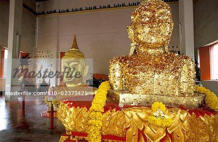 Thaïlande, l'île de Phuket, doré avec des feuilles d'or des statues de Bouddha dans le temple