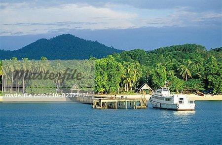 Thaïlande, Koh Lanta Yai island, plage et noix de coco plantations de palmes, pier et bateau
