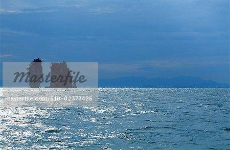 Thaïlande, baie de Phang Nga, îlots rocheux à rétro-éclairage
