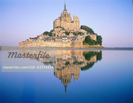 France, Normandie, Mont-Saint-Michel, général Découvre au lever du soleil avec la réflexion sur l'eau