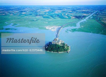 France, Normandie, Mont-Saint-Michel à marée haute, vue aérienne