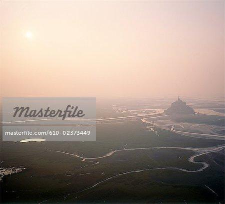France, Normandie, Mont-Saint-Michel, coucher du soleil par une vue aérienne après-midi brumeux
