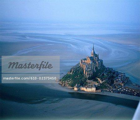 France, Normandie, Mont-Saint-Michel à marée basse, vue aérienne