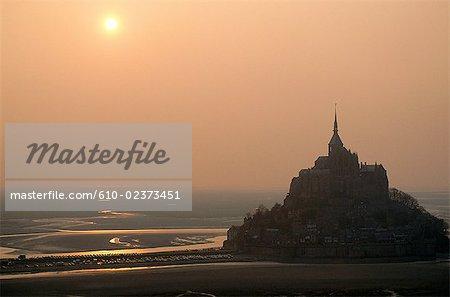 France, Normandie, Mont-Saint-Michel, coucher du soleil par un jour brumeux, vue aérienne