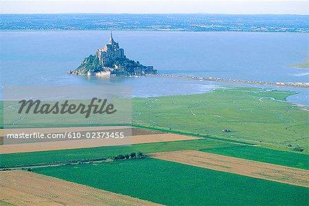 France, Normandie, Mont-Saint-Michel et cultivée côte, vue aérienne