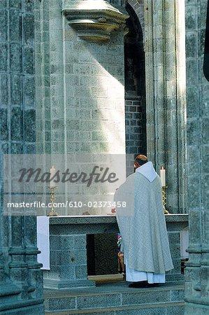 France, Normandie, Mont-Saint-Michel, l'abbaye, conduisant à la messe le prêtre