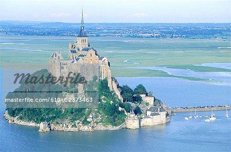France, Normandie, Mont-Saint-Michel par marée haute, vue aérienne