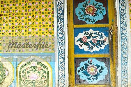 Chine, Turpan, Xinjiang Uyghur traditionnel résidentielle, peint la porte