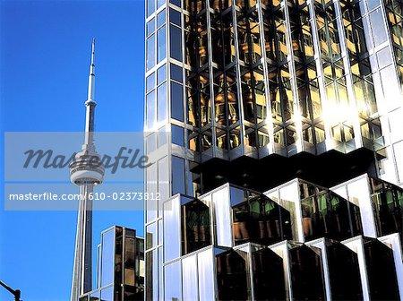 Canada, l'Ontario, Toronto, CN Tower et bâtiment moderne