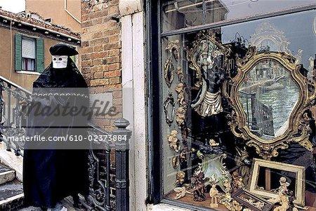 Italie, Venise, homme en costume d'époque et fenêtre antique shop