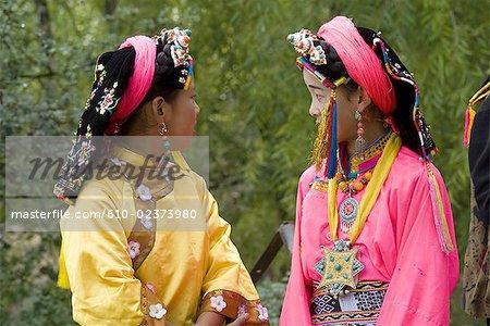 Chine, Sichuan, près de Danba, fête de village tibétain, jeunes filles en costume traditionnel coloré