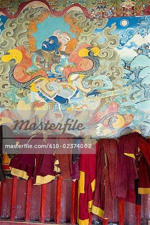 Chine, Sichuan, près de Rongpatsa, monastère tibétain, robes de moines et fresque