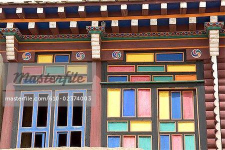 Chine, Sichuan, près de Rongpatsa, monastère tibétain, logement des moines de couleur