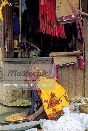 Femme d'Éthiopie, écorcer, vendant des légumes secs