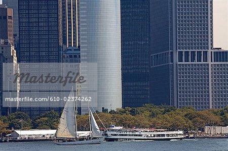 États-Unis, New York, autour de l'île de Manhattan, voilier de croisière et de bateaux de gratte-ciel