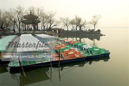 Chine, Beijing, Palais d'Eté « Yiheyan », bateaux sur le lac Kunming