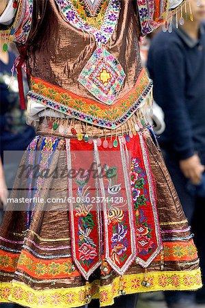 Chine, Guizhou, Leishan, danseuse en costume traditionnel