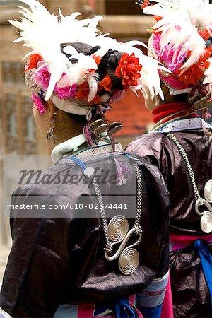 Village de Zhaoxing, Guizhou, la Chine, Dong femmes en costume traditionnel