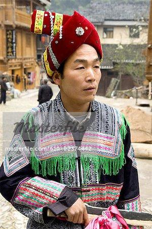 Village de Zhaoxing, Guizhou, la Chine, portrait d'un homme en costume traditionnel Dong