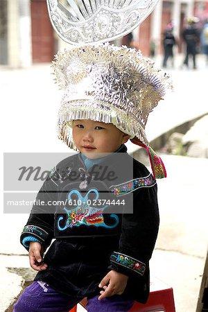 Village de Taojiang, Guizhou, la Chine, portrait d'un enfant en costume traditionnel de Miao