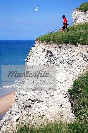 France, Pas-de-Calais, Opal Coast, cyclist on the verge of the cliffs of chalks of Cap Blanc-Nez