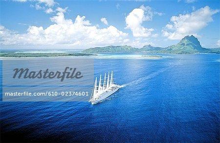 Polynésie, l'île de Bora Bora, vue aérienne.