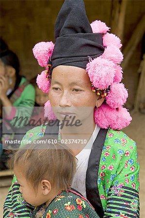 Vietnam, route de Lai Chau, womand Hmong et son enfant.