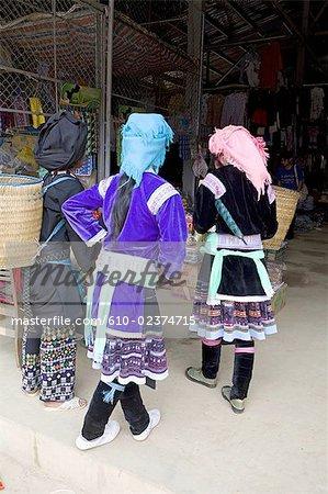 Vietnam, route de sidibe, femme Hmong.