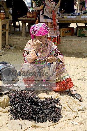 Vietnam, village de Bac Ha, vendeur de piment sec.